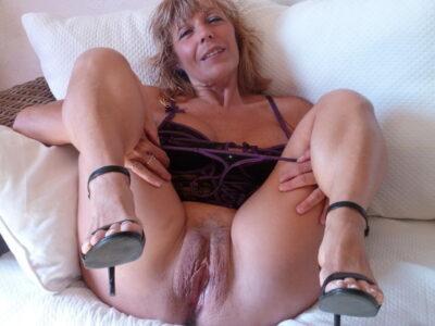 Je moeder met haar benen open. Ze toont haar rijpe kut.